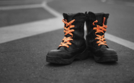 Boots with orange shoelaces / Bottes avec lacets orange